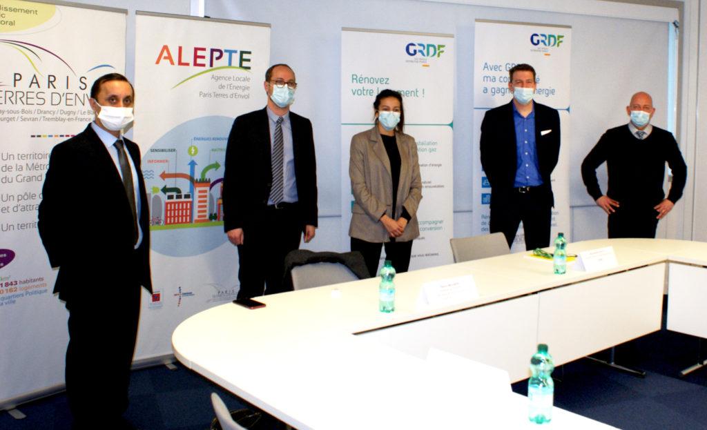 Bertrand de Singly (GRDF), Marwa Braihim (présidente de l'ALEPTE), Mourad Boukrara (directeur de l'ALEPTE), Jérôme BRACQUE (GRDF) et David Maocec (GRDF).