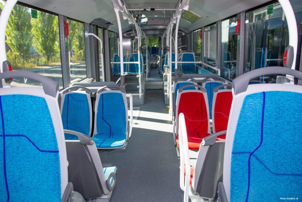 L'intérieur des nouveaux bus au biométhane avec rampes d'accessibilité pour faciliter la montée des usagers en fauteuil roulant, ports USB pour les passagers, climatisation, tissus anti-vandalisme, moins salissants, éclairage à bord plus naturel…